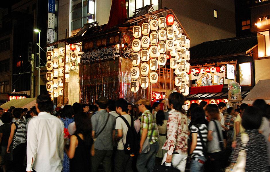 【おでかけ・観光情報 京都】祇園祭の夜に火を灯す駒形提灯